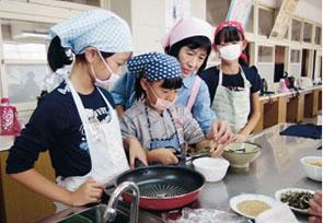 ぎすけ煮の材料を切っている授業の様子の画像