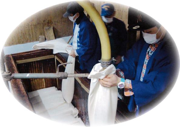 伝統の槽搾(ふなしぼ)り製法を見学できます